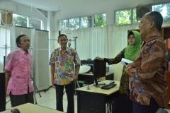 asesor dan dosen sedang berdiskusi di laboratorium