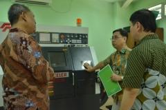 asesor dan dosen teknik elektro sedang berdiskusi di laboratorium