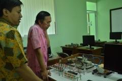 asesor sedang melakukan penilaian terhadap ruang praktek teknik elektro