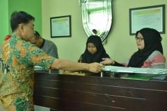 asesor sedang bertanya mengenai proses pelayanan PPMB UNAS