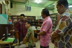 asesor sedang mengunjungi perpustakaan UNAS
