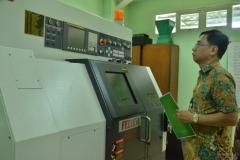 salah satu asesor sedang mengunjungi laboratorium teknik elektro di ragunan