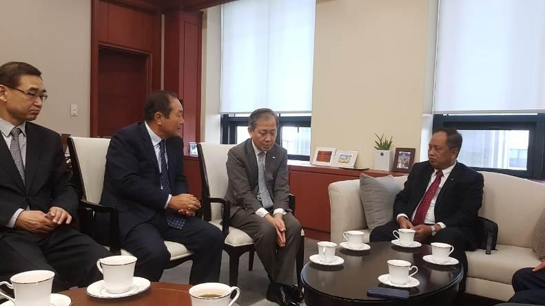 Menteri Riset, Teknologi, dan Pendidikan Tinggi Republik Indonesia Prof. H. Mohamad Nasir, Ph.D., Ak. bersama pimpinan Univ. Cyber