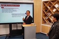 Menteri Riset, Teknologi, dan Pendidikan Tinggi Republik Indonesia Prof. H. Mohamad Nasir, Ph.D., Ak. mencoba pembelajaran E-learning