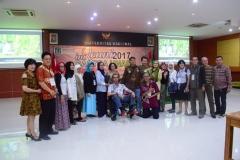 foto bersama yang dilakukan oleh para tamu undangan dalam acara reuni sastra unas 2017
