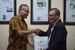Drs. Firdaus Syam sedang memberikan cendramata kepada Pimpinan Redaksi Republika
