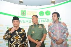 Sultan Kasepuhan Cirebon PRA Arief Natadiningrat, SE, (kiri), Brigjen. Rochmadi (Tengah) dan Iskandarsyah siregar (kanan) saat diwawancarai oleh media (2)