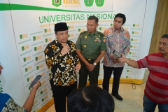 Sultan Kasepuhan Cirebon PRA Arief Natadiningrat, SE, (kiri), Brigjen. Rochmadi (Tengah) dan Iskandarsyah siregar (kanan) saat diwawancarai oleh media