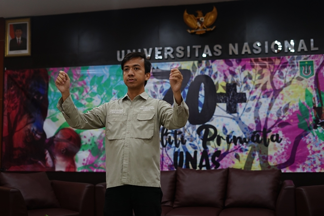 Saat menyanyikan lagu Indonesia Raya (1)
