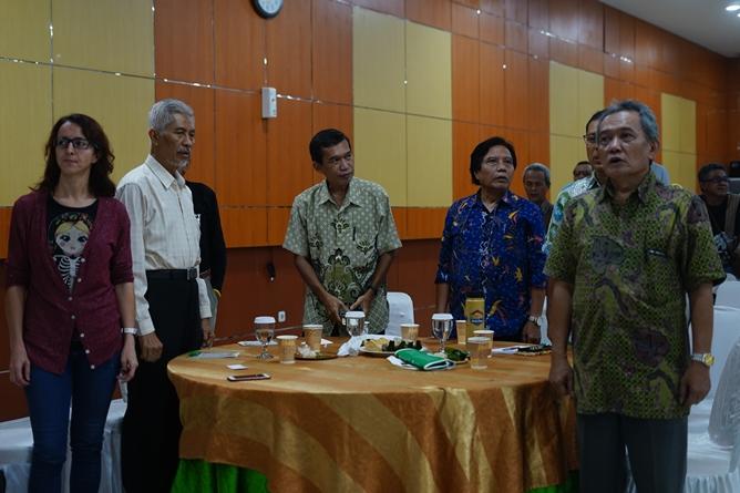 Saat menyanyikan lagu Indonesia Raya (2)