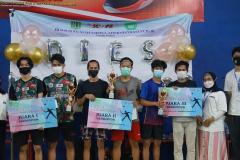 Pemberian hadiah kejuaran kategori Turnamen Badminton