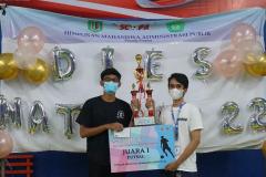 Pemberian hadiah kejuaran kategori Turnamen Futsal