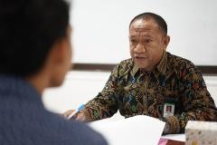 Kepala Biro Administrasi Kemahasiswaan Kamaruddin Salim, S.Sos.,M.Si. (batik) saat mewawancarai calon penerima beasiswa bidikmisi
