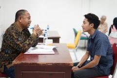 Kepala Biro Administrasi Kemahasiswaan Kamaruddin Salim, S.Sos.,M.Si. (kiri) saat mewawancarai calon penerima beasiswa bidikmisi