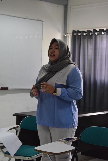 mahasiswa sedang beropini dalam debat bahasa indonesia