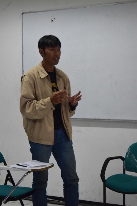mahasiswa sedang memperkenalkan diri pada debat bahasa indonesia