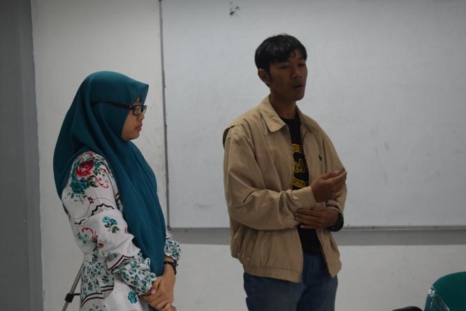 para mahasiswa sedang menyampaikan gagasannya dalam debat