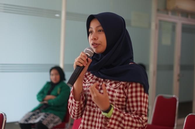 Mahasiswa memberikan pertanyaan kepada tim juri tentang apa saja yang perlu di benahi