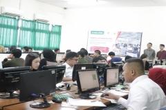 Calon-mahasiswa-baru-mengikuti-ujian-online