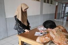 Petugas-memberikan-cap-di-kartu-tes-calon-mahasiswa-baruJPG