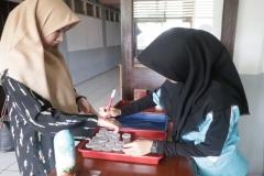 Petugas-memberikan-tanda-pada-calon-mahasiswa-baru-yang-telah-melakukan-tes-urineJPG