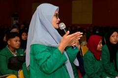 "Mahasiswa memberikan pertanyaan kepada narasumber pada acara Seminar Akuntansi Syariah ""Peran Akuntansi Syariah Dalam Era Industri 4.0"" Di Auditorium blok 1 lantai 4, Senin (8/4)"
