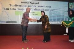 Unas_Pemberian plakat oleh Prof Ernawati Sinaga