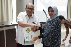 Ketua Panitia Dr. Harini Nurcahya Mariandayani, M.Si (kanan) memberikan cinderamata kepada narasumber Ketua P5M Dr. Chazali H. Situmorang, Apt, M,Sc (kiri) pada acara seminar Community Development di menara unas 1 ragunan pada Jumat (20/9)