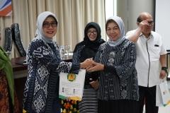 Manajer Umum dan Kesekretariatan Indonesia Power Aryati (kiri) menerima cinderamata dari Ketua Panitia Dr. Harini Nurcahya Mariandayani, M.Si (kanan)