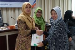 Ketua Panitia Dr. Harini Nurcahya Mariandayani, M.Si (kanan) memberikan cinderamata kepada perwakilan Indonesia power