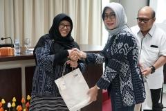 Kepala LPPM UNAS Dr. Ir. Nonon Saribanon, M.Si. (kiri) menerima cinderamata dari Manajer Umum dan Kesekretariatan Indonesia Power Aryati (kanan)