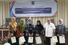 """Foto bersama seluruh narasumber pada acara Seminar Community Development """"Mengarusutamakan Peran Stakeholder s, Mendorong Kemandirian"""" menara 1 UNAS Jum'at (20/9)"""