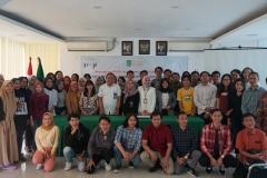 Foto bersama seluruh peserta dan panitian pada acara Seminar dan Walk In Interview : Your Future Start Here di Ruang Seminar UNAS, Kamis (11/7)