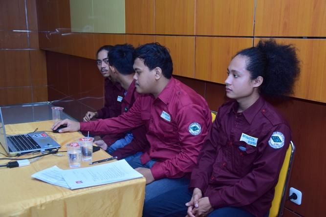 anggota himasi sedang mendengarkan seminar