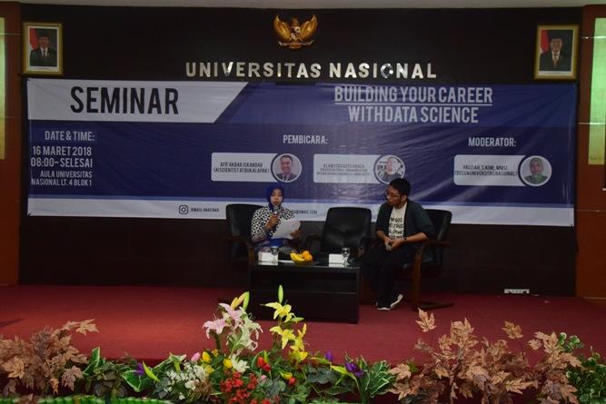 moderator dan pembicara saat seminar himasi