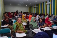 Para peserta seminar yang terdiri dari dosen, mahasiswa dan siswa Sma