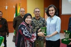 Finalis Miss Indonesia 2018 Kathy Monica Kabe (kanan) menerima cinderamata yang diberikan oleh Wakil Rektor Bidang Penelitian dan Pengabdian pada Masyarakat Prof. Dr. Ernawati Sinaga, M.S., Apt. (kiri) pada acara Diskusi Panel di Aula Blok 1 lantai 4 UNAS, Senin (8/7)