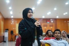 Salah satu peserta seminar memberikan pertanyaan kepada narasumber saat sesi diskusi