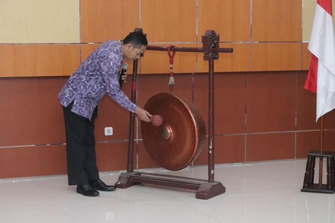 """Dekan Fakultas Teknik dan Sains Basori, S.T., M.T.  membuka seminar  nasional """"Internet Of Things For Industrial Revolution 4.0 """" secara simbolis dengan pemukulan gong, di Auditorium Blok 1 lantai 4 UNAS, Jakarta, Kamis (4/4)"""
