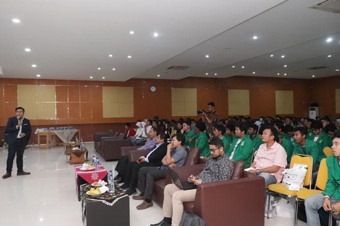 """Saat acara seminar nasional """"Internet Of Things For Industrial Revolution 4.0 """" berlangsung dengan pemaparan materi dari Business Development PT. Global Channel Resource Bobby Chandra Pratama"""