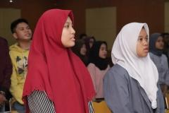 Peserta seminar saat menyanyikan Indonesia raya