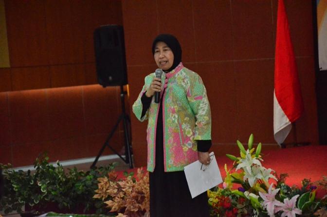 Prof. Ernawati Sinaga Saat Membuka Seminar