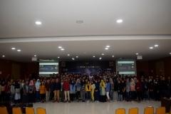 foto bersama narasumber, panitia, dan seluruh mahasiswa yang terlibat dalam seminar