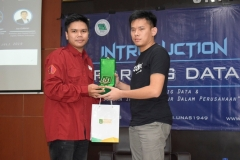 pemberian cenderamata dari HIMASI kepada Analytics and Digital Product Expert Telkom Indonesia, Joy Gabriel selaku narasumber