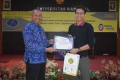 Pemberian sertifikat sebagai pembicara kepada narasumber