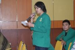 mahasiswa UNAS sedang bertanya dalam seminar