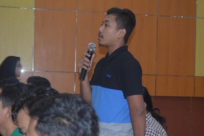 salah satu peserta sedang memberikan pertanyaan