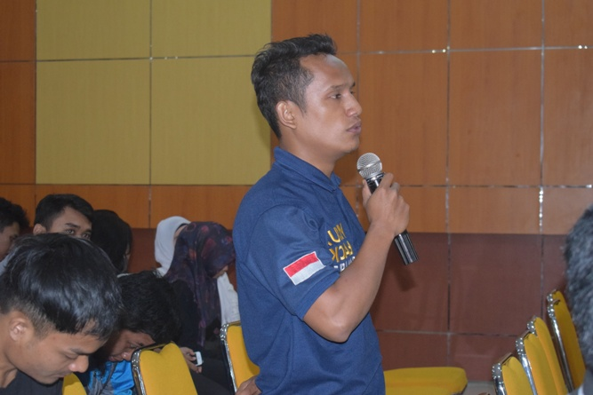 salah satu peserta seminar sedang mengajukan pertanyaan kepada narasumber