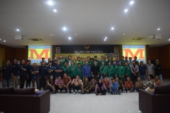 foto bersama dosen, narasumber, mahasiswa fts dan peserta seminar usai acara