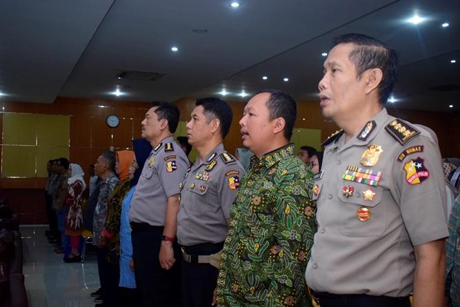 Menyanyikan Indonesia raya (1)